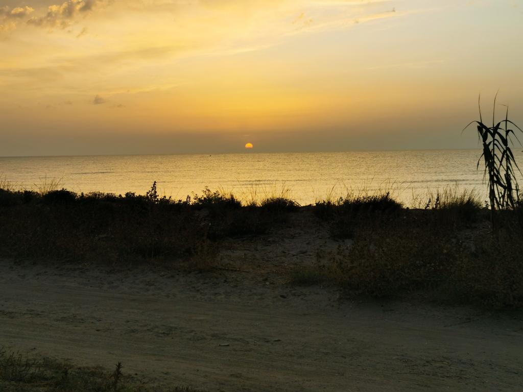Sonnenaufgang am Strand von Aléria - Foto direkt aus dem Camper gemacht